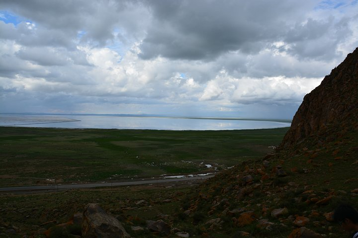 """""""远看湖边风景还好,就打算晚上露营湖边(广东同学带有帐篷)。远看还不错,走到跟前就_巴里坤湖""""的评论图片"""